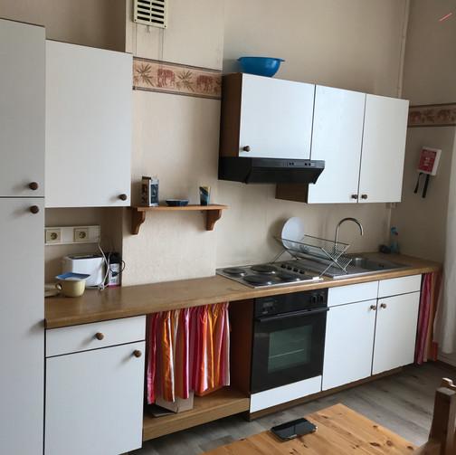 Rénovation complète d'une cuisine de Kot (Tapissage des murs, mise en peintures des murs et plafonds, mise en peinture des meuble,etc.../ Avant)