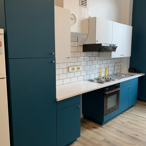 Rénovation complète d'une cuisine de Kot (Tapissage des murs, mise en peintures des murs et plafonds, mise en peinture des meuble, etc.../ Après)