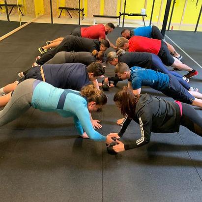 CrossFit, CrossFit kids, ésprit d'équipe, renforcement musculaire,CrossFit, CrossFit kids, Pole dance, Pilates, Renforcement musculaire, Cardio training, Circuit training, Stretching, Mobilité, Pilates, Haltérophilie, Gymnastique, Musculation, Bien-être, Wellness, Sport santé, coaching, coach diplomé d'état, small groupe, condition physique, bonne santé, sport,