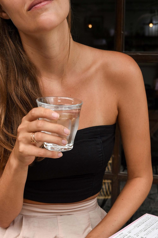 mulher a beber agua