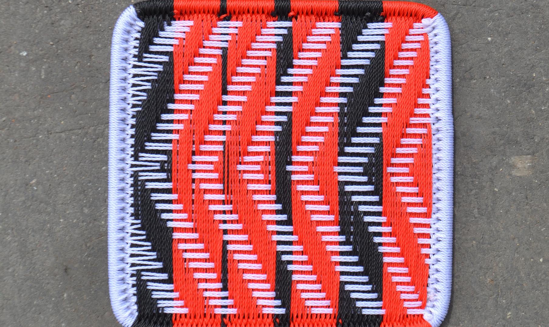 Blanc / rouge / bandes noires