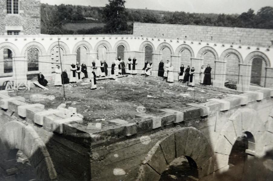 Construction du monastère par les frères de Timadeuc (année 1950)