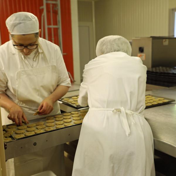 Les tranches de pâtes passent ensuite dans la machine et en sortent des GBN (plus rapide à dire que galette de blé noir aux pépites de caramel).