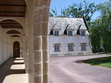 Les arcades du cloître extérieur conduisent tout naturellement le visiteur vers l'église: c'est ici la maison de Dieu.