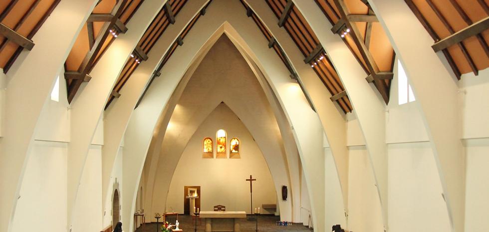 Sept fois le jour, nous nous rendons à l'église pour prier.