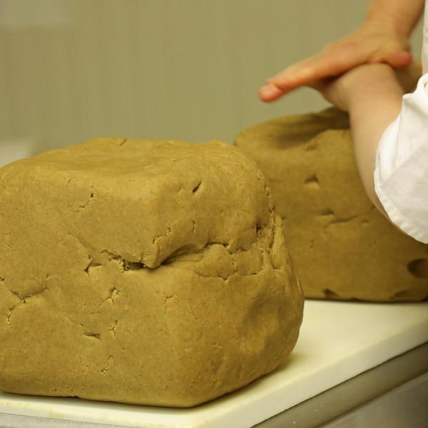 On a ainsi des cubes de pâte prêts à être découpés.