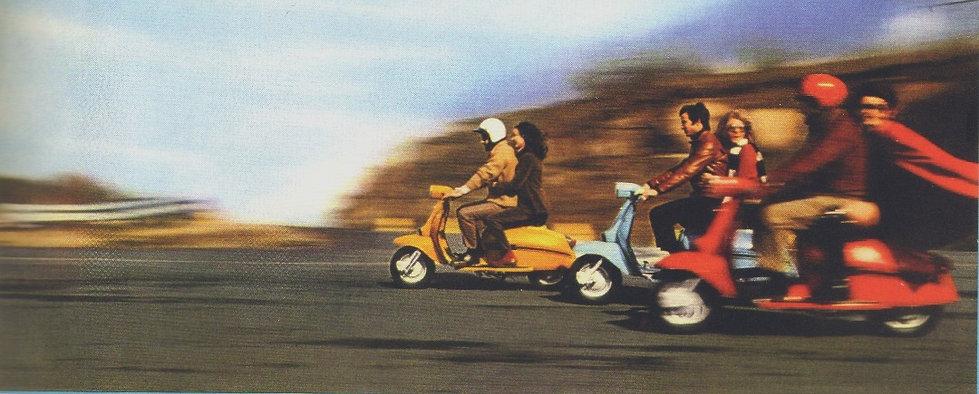 groupe de pilotes en scooters lambretta sur la route