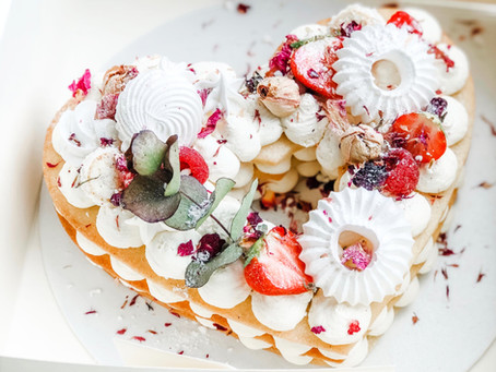 Kruchy tort z białą czekoladą i musem malinowym