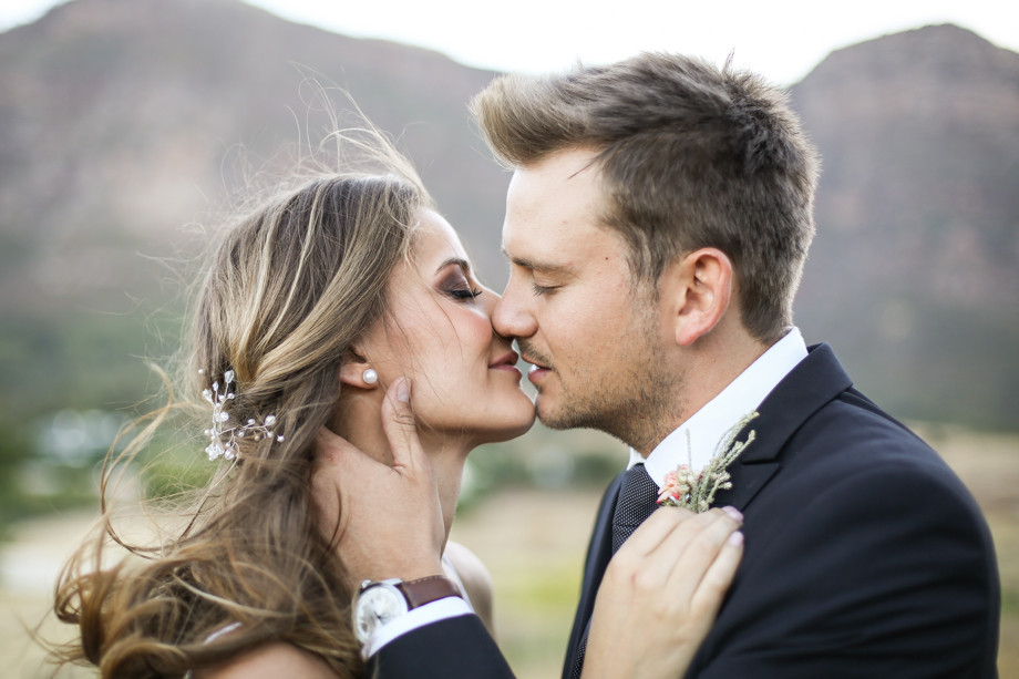 bride and groom kissing cape town wedding photographer by zandri du preez photography