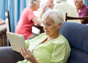 Les solutions numériques pour rompre l'isolement des seniors pendant le confinement