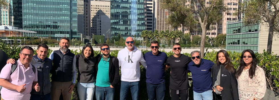 Grupo reunido no rooftop da Galvanize.