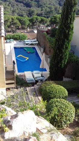Zwembad vanuit de tuin