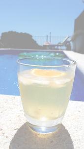 Drankje bij het zwembad_edited.jpg