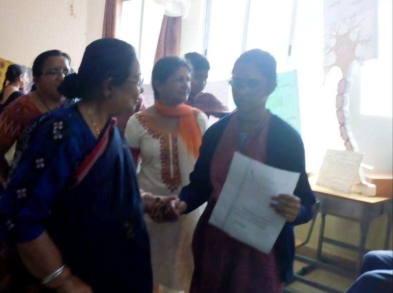 6. Diretor, Mrs. Krishnaswamy going arou