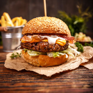 delicious-hamburger-with-cheese-P7CZXQQ.