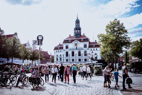 H-Rathaus-Wochenmarkt-2_C-Lüneburg_Mark