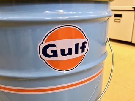 ガレージのインテリアに最適な「Gulf(ガルフ)」のオフィシャルオイル缶スツール(腰掛け)。