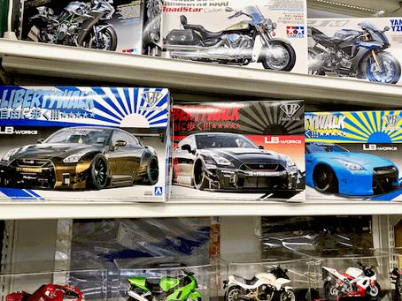 アオシマ「1/24 リバティーウォーク」シリーズのプラモデル&「MINI GT」LBモデル。