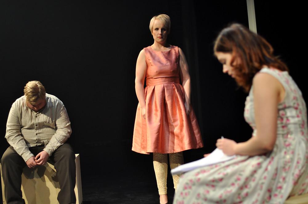 Kuva: Helena Knutas: Isä (Aleksi Mäkelä), Sisko (Laura Puranen) ja Kaunotar (Aino Liljanto)