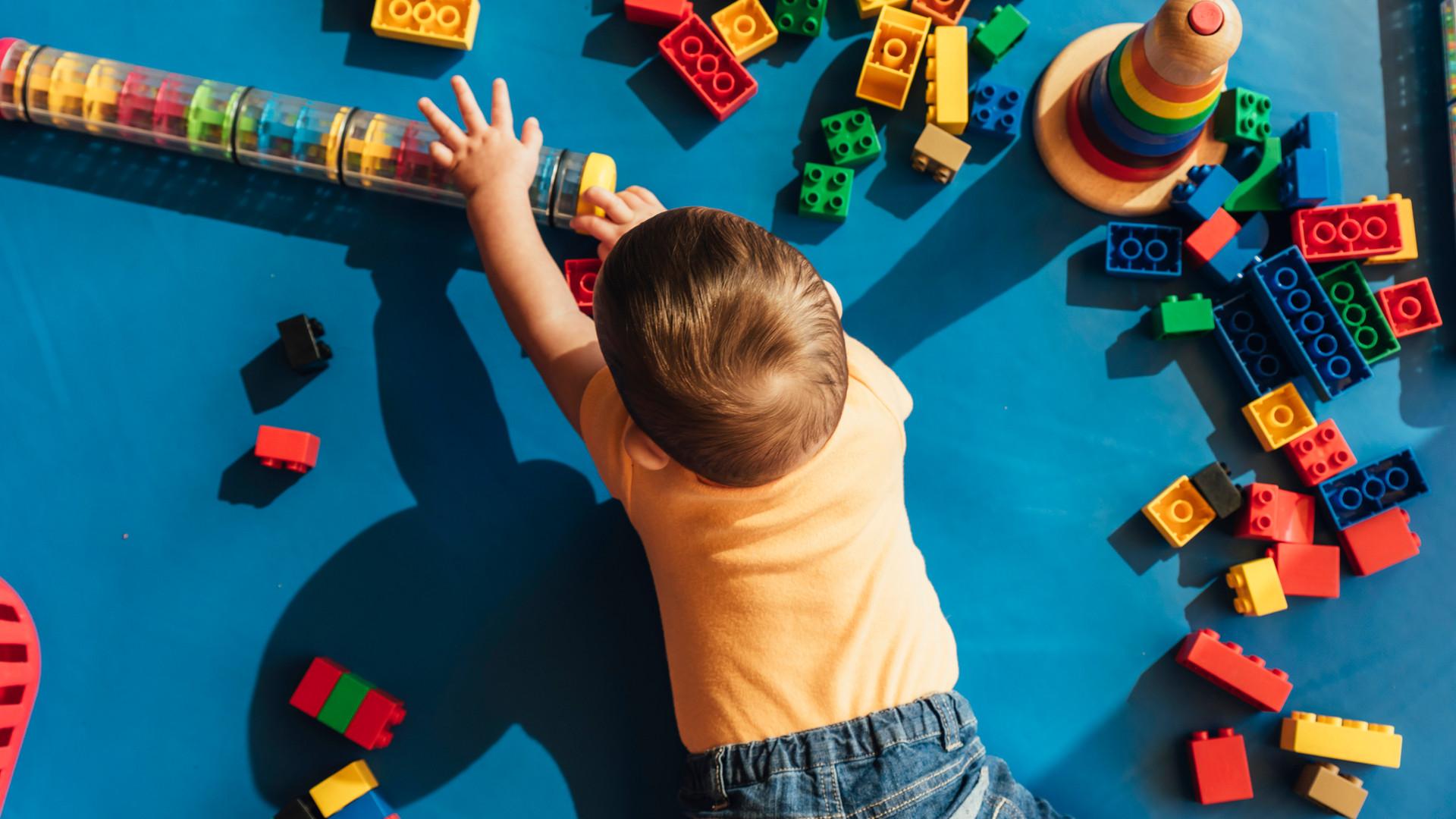 happy-baby-playing-with-toy-blocks-FZ5YQ