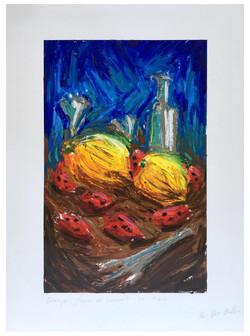 « Oranges, fraises et couverts sur table »