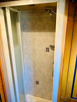 Narrowboat Ballinger - Bathroom Shower