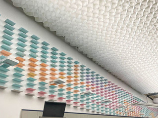 Montage einer Papierinstallation an der Decke 25 x 40m