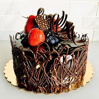 Rich flourless chocolate cake, ganache a