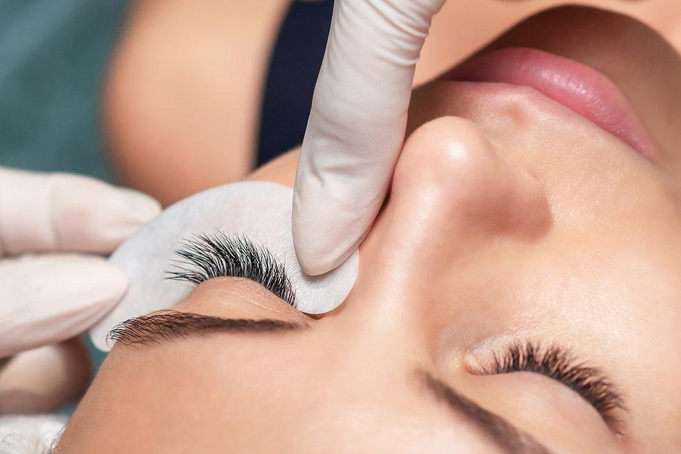 young-woman-receiving-extending-eyelashes-beauty-salon-close-up-eyelash-extension-procedur