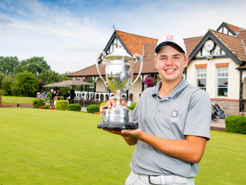 Smith joins Rose in   history books by winning Carris Trophy
