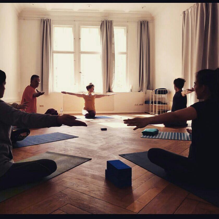 Yoga Praxis an der KISA AKADEMIE