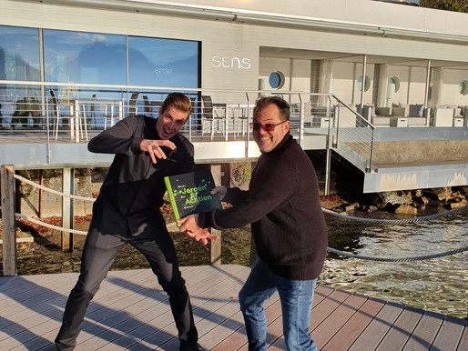 The first book handed over to Jeroen Achtien