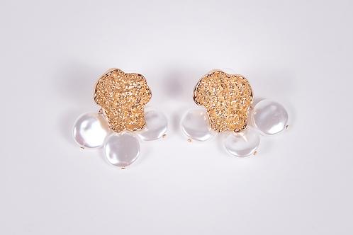 Brinco dourado com pérolas