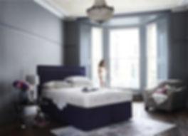 Schönes Bett von Hypnosbetten Zürich. Weisser Kopfteil, passende Nachttische. Bezogen mit Bettwäschen von Frette Italien. alles bei Hypnos Zürich