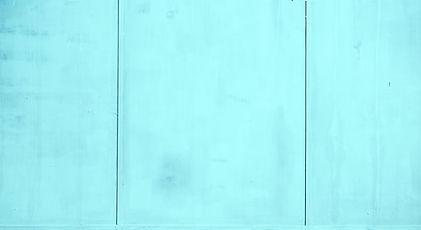 청록색 패널 벽