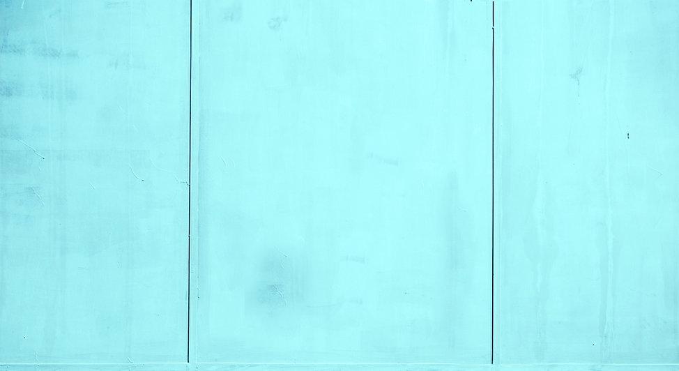 ターコイズパネル張りの壁