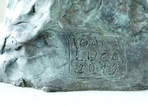 Detail: Signatur Porträtbüste Detlev Foth, 2019 Bronze, patiniert H. 34 cm, B. ca. 20 cm (Gegossen 2020 Bildgießerei Richard Barth, Rinteln) - Ioana Luca, Bildhauerei