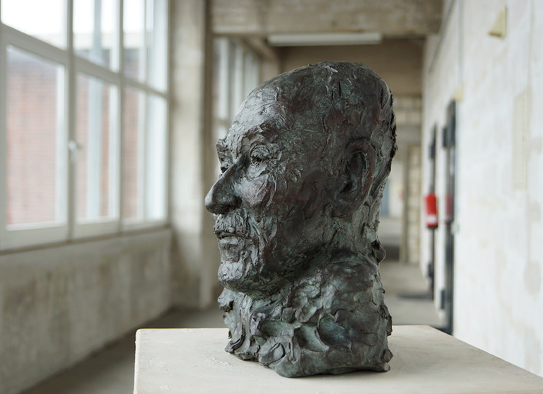 Prof. Dr. Heinrich Foth, 2020 Porträtbüste, Bronze, patiniert H. 28 cm (Gegossen 2021 Bildgießerei Richard Barth, Rinteln) - Ioana Luca - Bildhauere