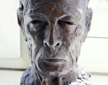 Porträtbüste König Michael I. von Rumänien, Bronze, dunkelbraun patiniert, H. 39 cm (Guss Bildgießerei Barth, Rinteln) - Ioana Luca, Bildhauerei
