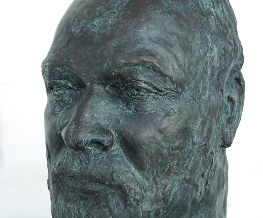 Porträtbüste Detlev Foth, 2019 Bronze, patiniert H. 34 cm, B. ca. 20 cm (Gegossen 2020 Bildgießerei Richard Barth, Rinteln) - Ioana Luca, Bildhauerei