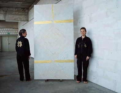 Die Künstlerin Ioana Luca vor ihrem Atelier