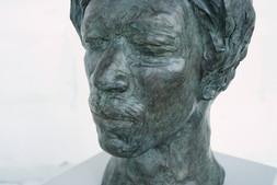 Porträtbüste Jimi Hendrix, 2019 Bronze, patiniert H. 36 cm, B. ca. 25 cm (Gegossen 2020 Bildgießerei Richard Barth, Rinteln) - Ioana Luca, Bildhauerei