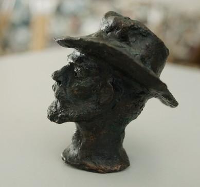 Kleine Plastik, Mann mit Hut, 2001 - Guss 1/1, Unikat - gegossen 2019 in der Bildgießerei Richard Barth in Rinteln - Ioana Luca, Bildhauerin, Plastikerin