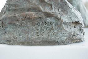 Detail: Signatur und Gießereistempel Selbstporträt, 2019 Porträtbüste, Bronze, patiniert H. 28 cm, B. ca. 33 cm (Gegossen 2020 Bildgießerei Richard Barth, Rinteln) - Ioana Luca, Bildhauerei