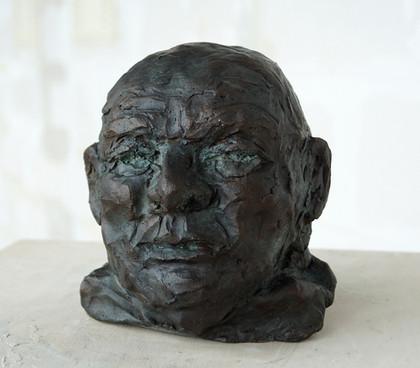 Kleiner männlicher Kopf, 2020 Porträtbüste, Bronze, patiniert H. 14 cm (Gegossen 2021 Bildgießerei Richard Barth, Rinteln) - Ioana Luca - Bildhauerei