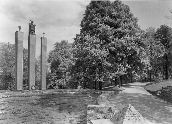 Stadtgarten mit Kriegsehrendenkmal.jpg