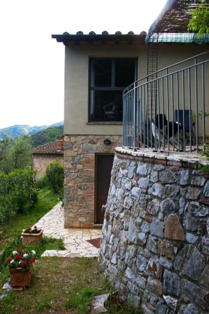 ronde muur en zicht op Casa
