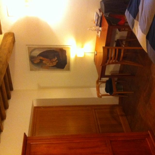 grote slaapkamer met tafeltje