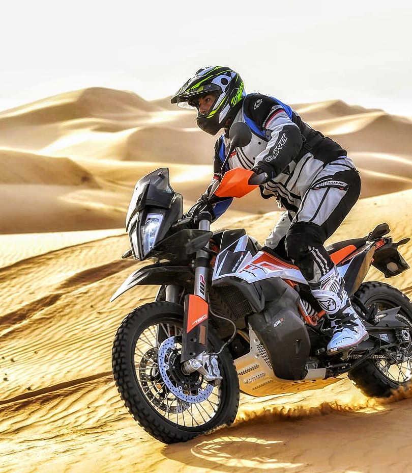 sasaplanet in sella alla ktm 790 r  mentre cavalca le dune  in marocco