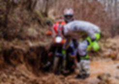marco iob aiuta i piloti ad uscire dalla pozza di fango durante il corso per moto maxienduro